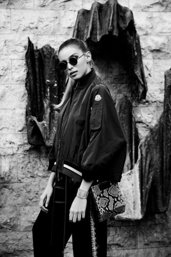 Alex Fadel photographe de mode Paris Pantheon, pantalon Emporio Armani, veste Moncler, lunettes Mikyta, sac Verbreuil, bague et bracelet manchette Murat
