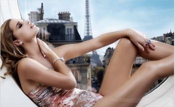 Photo mode maillot de bain avec de la haute joaillerie paris