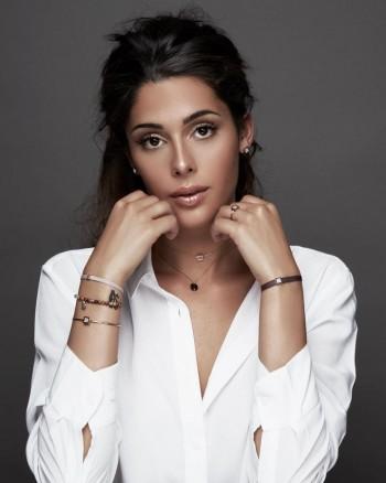 Photo campagne publicitaire Les Interchangeables bijoux bracelet bague boucle d'oreille modèle coralie porrovecchio télé réalité